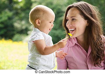 retrato, sorrindo, ao ar livre, mãe, criança