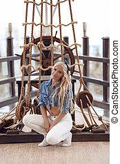 roda, modelo, estilo, moda, loiro, beleza, sobre, corda, wooden., posar, menina, pinup, marinho, navio