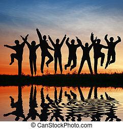 salto, silueta, team., pôr do sol, lagoa