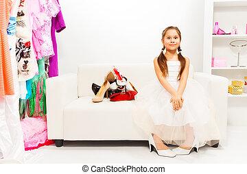 sapatos, sentando, sofá, menina, branca, espantado
