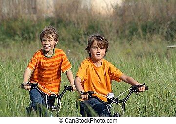 saudável, crianças, tocando, bicicletas