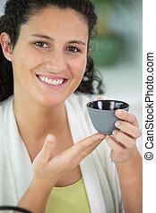 segurando, menina, close-up, copo, café