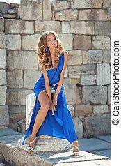 senhora, menina, posar, contra, moda, coluna, adelgaçar, portrait., tijolo, wall., beleza, modelo, verão, azul, parte, vestido