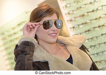 senhora, tentando, óculos de sol, aviador