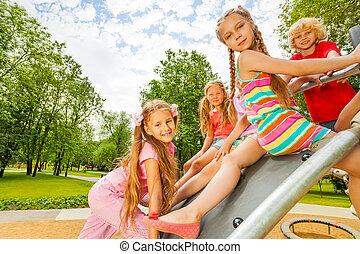 sentando, construção, pátio recreio, crianças