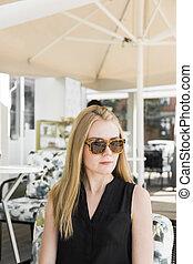 sentando, jovem, real, retrato, café, shop., mulher