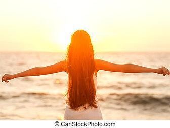 ser, mulher, feliz, liberdade, sentimento, livre, desfrutando, praia, sunset.