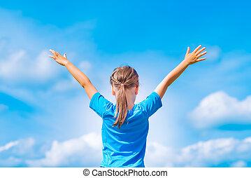 sky., feliz, relaxe, criança, menina, sob, braços, outdoors., abertos, liberdade, ao ar livre, azul, conceito, jovem