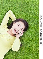 smartphone, ângulo, jovem, alto, falando, mulher, vista
