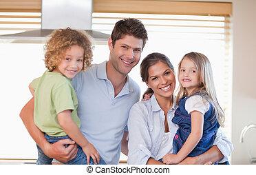 sorrindo, família posa