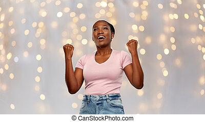 sucesso, americano, feliz, mulher africana, celebrando