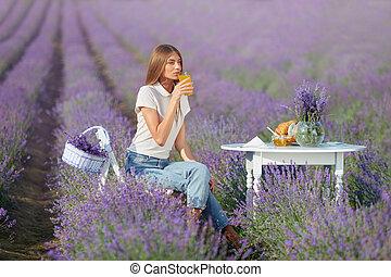 suco, bebendo, mulher jovem, lavanda, field.
