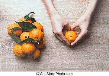 tangerines., topo, segurando, configuração, mãos, vista, fundo, frame., apartamento, feriado, inverno