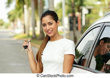 teclas, car, mostrando, adulto jovem, novo, sorrir feliz