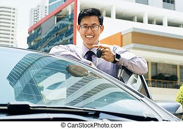 teclas, car, mostrando, jovem, asiático, novo, homem sorridente, feliz