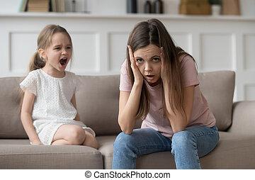 teimoso, aproximadamente, filha, mãe, tantrum, desesperado, cansado, sentimento, gritando, criança