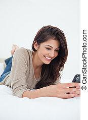telefone, dela, cima, enquanto, usando, sorrindo, cama, mulher