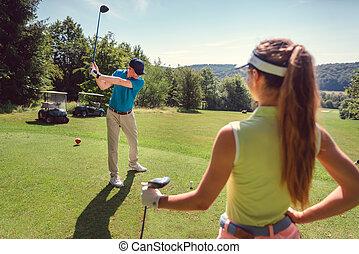 tocando, tee, golfe, mulher homem