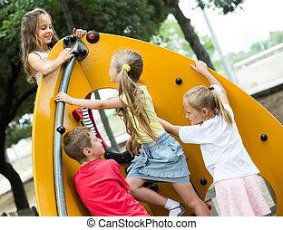 tocando, urbano, crianças, playground.