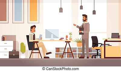 trabalhando, escritório negócio, discutir, businesspeople, dois, escrivaninha, reunião, homem