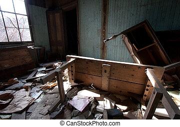 trashed, mobília