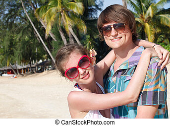 tropicais, par, feliz, praia, abraçar