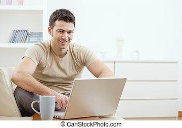 usando computador, feliz, homem