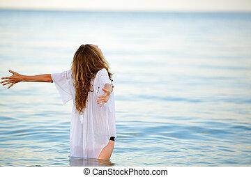 verão, mulher, braços abertos, liberdade, desfrutando, praia