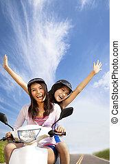 verão, mulher, scooter, jovem, tendo, viagem, feliz