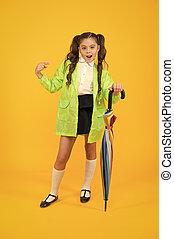 victim., cute, apontar, segurando, moda, aluno, olhar, chuvoso, amarela, umbrella., dedo, dia, experiência., ela, rainwear, raincoat, criança
