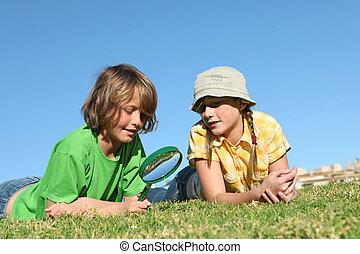vidro, magnificar, crianças, tocando, ao ar livre
