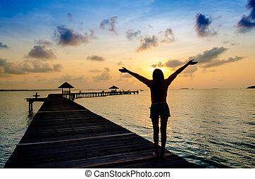 vivendo, mulher, saudável, pier., despreocupado, vitalidade, férias, conceito, pôr do sol