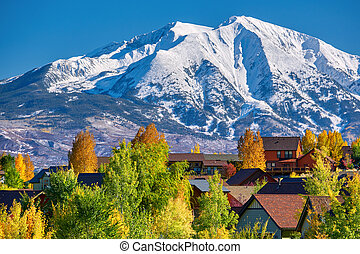 vizinhança residencial, outono, colorado